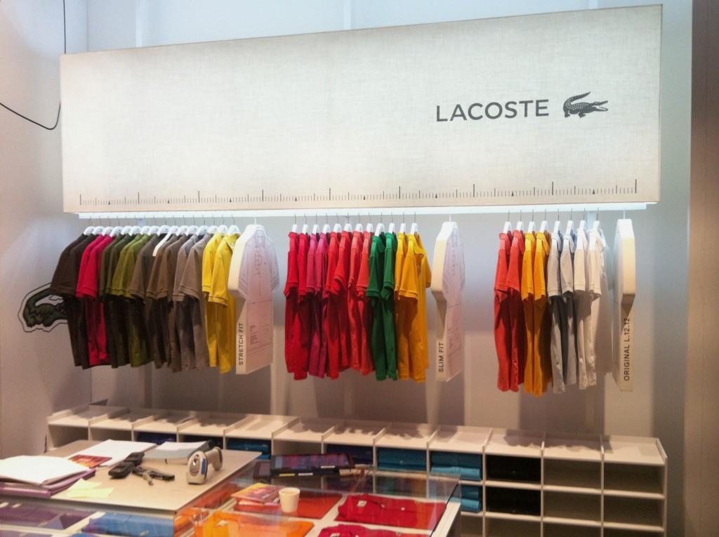 Carcasse d'abat-jour rectangle et cintres Polos Lacoste, pour les nouvelles boutiques