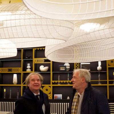 l:Hôtel du Phare inauguré par Jean-Michel Wilemotte avec des carcasses d'abat-jour fabriquées pour la salle du restaurant